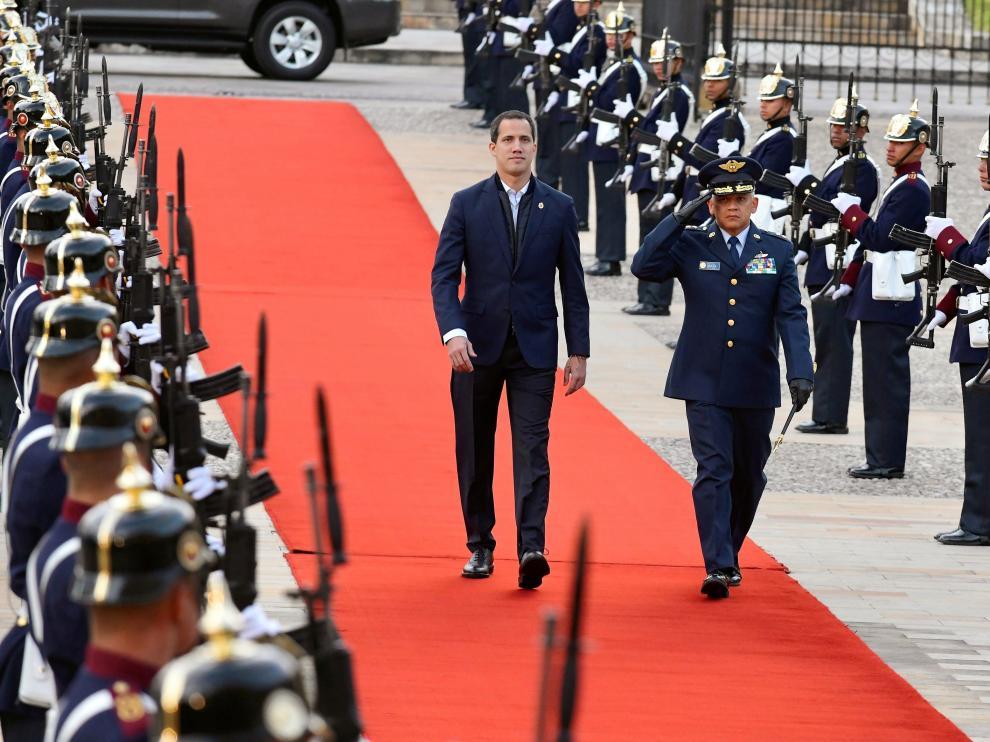 El líder venezolano, vestido con traje oscuro sin corbata, caminó hacia el palacio por una alfombra roja en la que la Guardia Presidencial le hizo calle de honor, para luego iniciar la reunión a puerta cerrada con Duque.