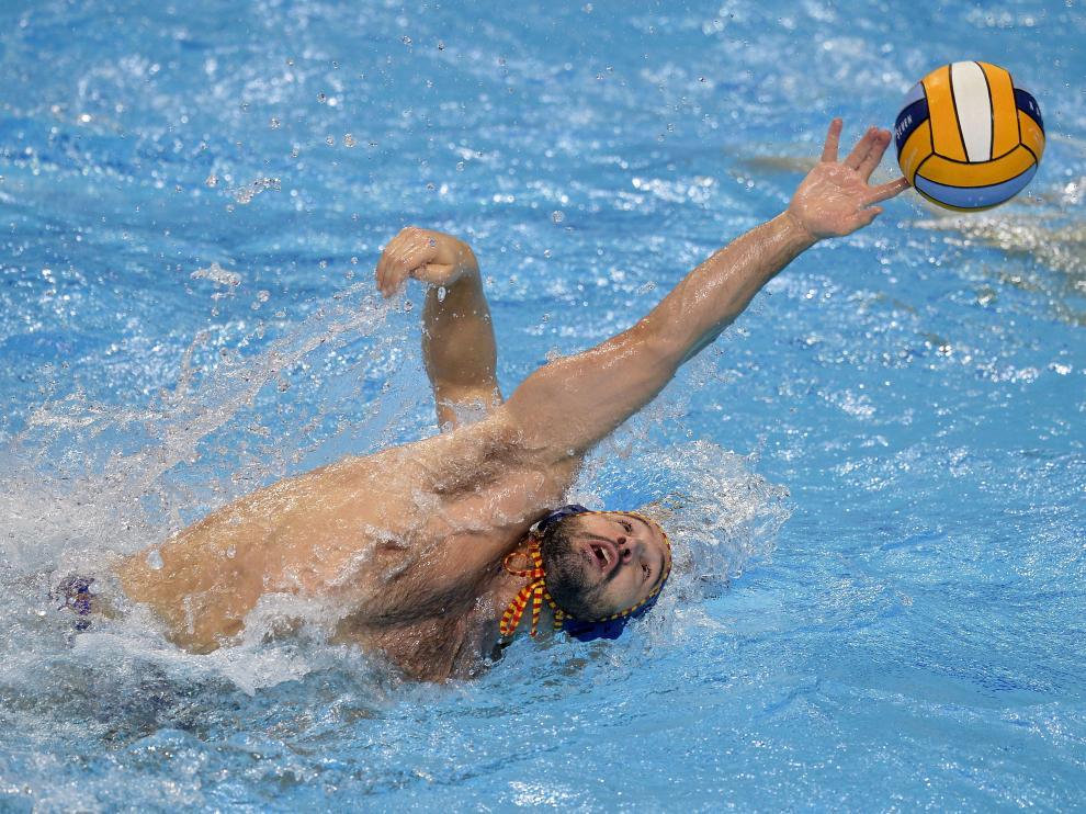 Felipe Perrone intenta atrapar un balón en el partido entre España y Alemania del Europeo de waterpolo