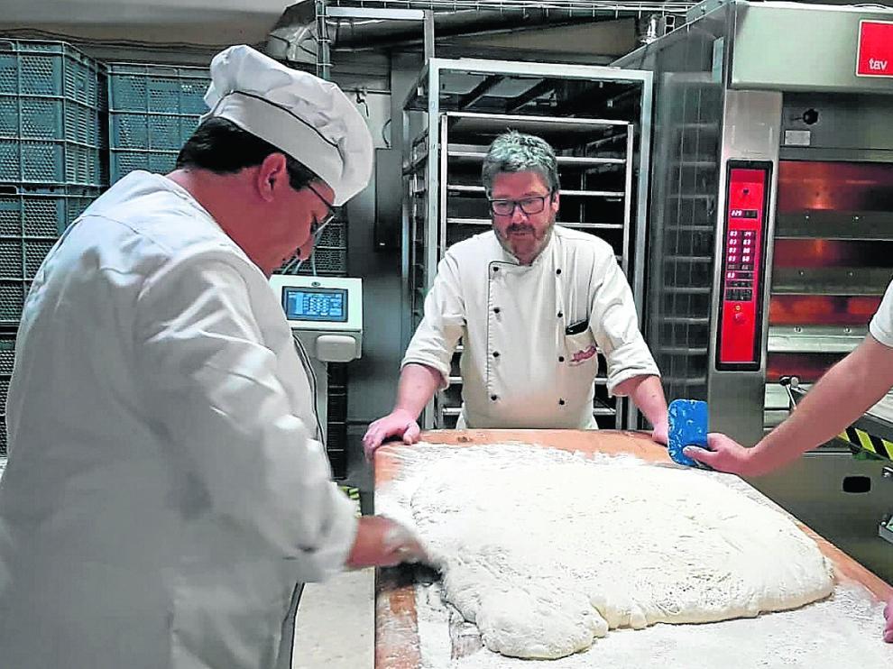 En la imagen, varios miembros de la Asociación de Panaderos de Teruel realizando pruebas en el obrador.