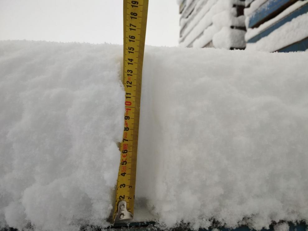 La nieve está alcanzando los 15 centímetros en los exteriores de Yudigar.