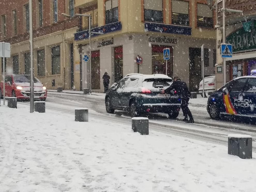 La Policía ayuda a un automovilista en Teruel.