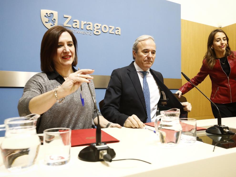 Sara Fernández, Jorge Azcón y María Navarro, este martes en el Ayuntamiento de Zaragoza.
