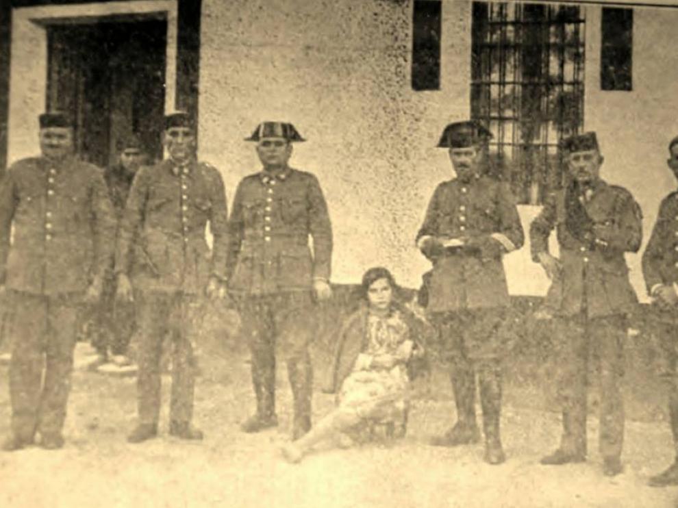 Los seis guardias destinados en el cuartel de Valderrobres en diciembre de 1933 con la niña Adela Espallargas, que resultó herida por un disparo de los revolucionarios.