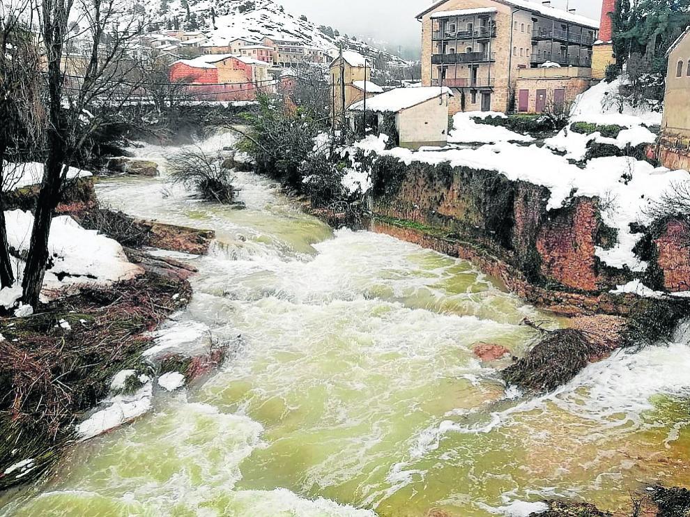 El Matarraña, con el caudal disparado por la fusión de la nieve a su paso por Beceite