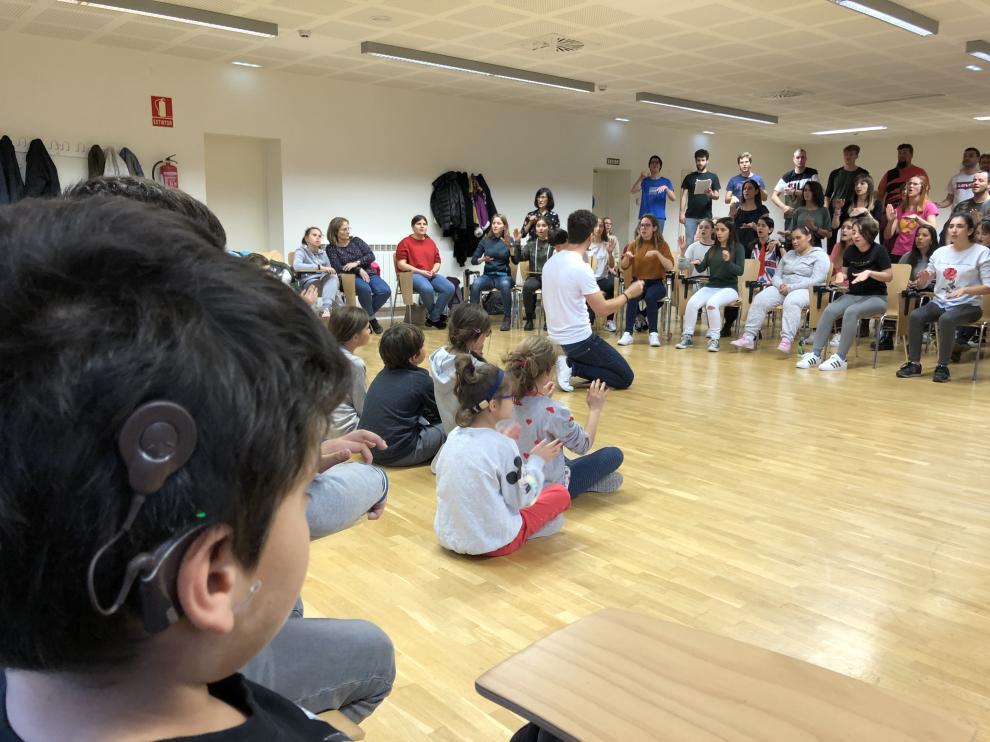 Los pequeños de La Purísima, en la Facultad de Educación, donde compartieron con el coro Cantatutti uno de sus ensayos. Cuerpo y música para cantar juntos