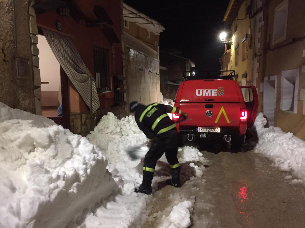 Un militar de la UME limpia la salida de la casa de la familia del menor en Lagueruela antes de que saliera.