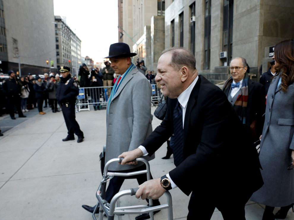 Harvey Weinstein, con andador, a las puertas del tribunal que lo juzga en Nueva York