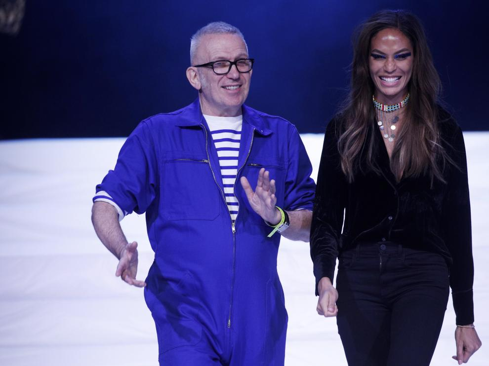 Paris (France), 22/01/2020.- French designer Jean Paul Gaultier (L) speaks with US model Joan Smalls (R) during rehearsals of the presentation of his Spring/Summer 2020 Haute Couture collection during the Paris Fashion Week, in Paris, France, 22 January 2020. After 50 years in the fashion industry, Gaultier announced that this Haute Couture show at the Theatre du Chatelet will be his last. The presentation of the Haute Couture collections ends on 23 January 2020. (Moda, Francia) EFE/EPA/YOAN VALAT Jean Paul Gaultier - Rehearsals - Paris Haute Couture Fashion Week S/S 2020