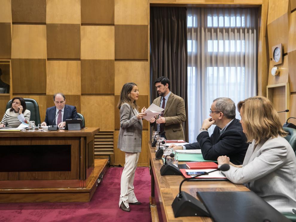 María Navarro se dirige a los ediles socialistas minutos antes del inicio de la comisión de Hacienda.