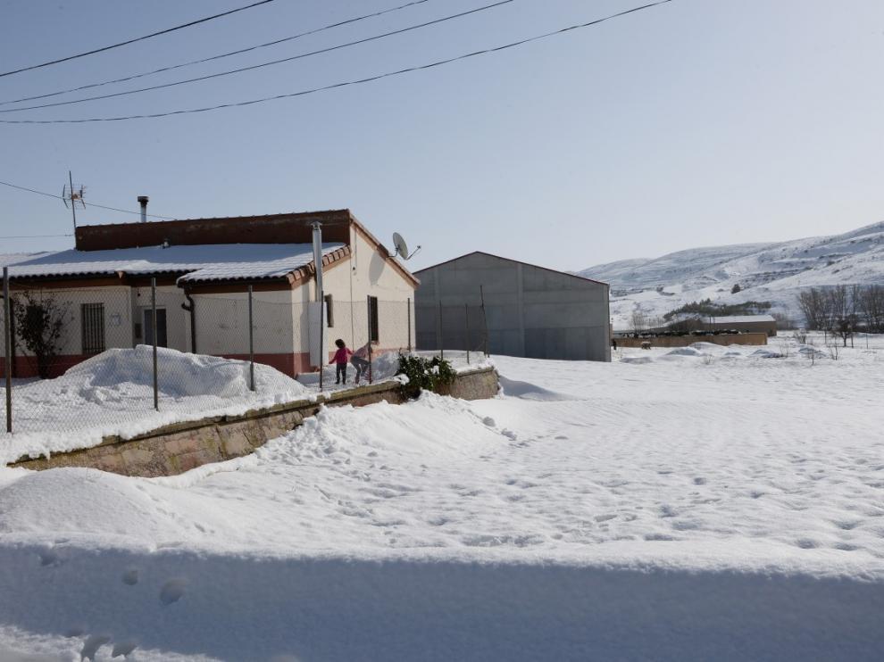 Pancrudo (Teruel), sin luz y con capazos de nieve en las calles