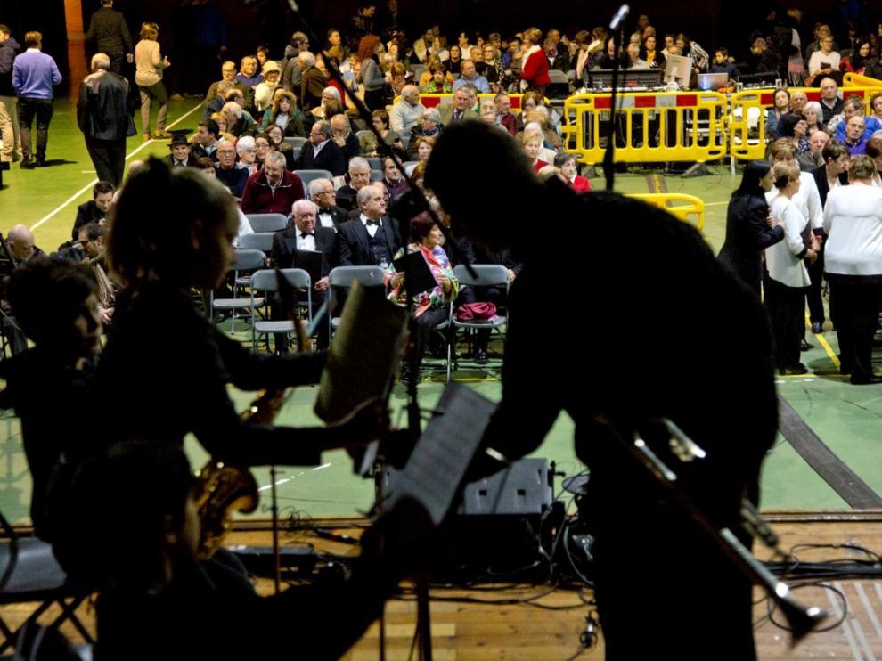 Un momento de los preparativos el pasado lunes, en el pabellón multiusos, antes de estrenar el himno de La Almunia.