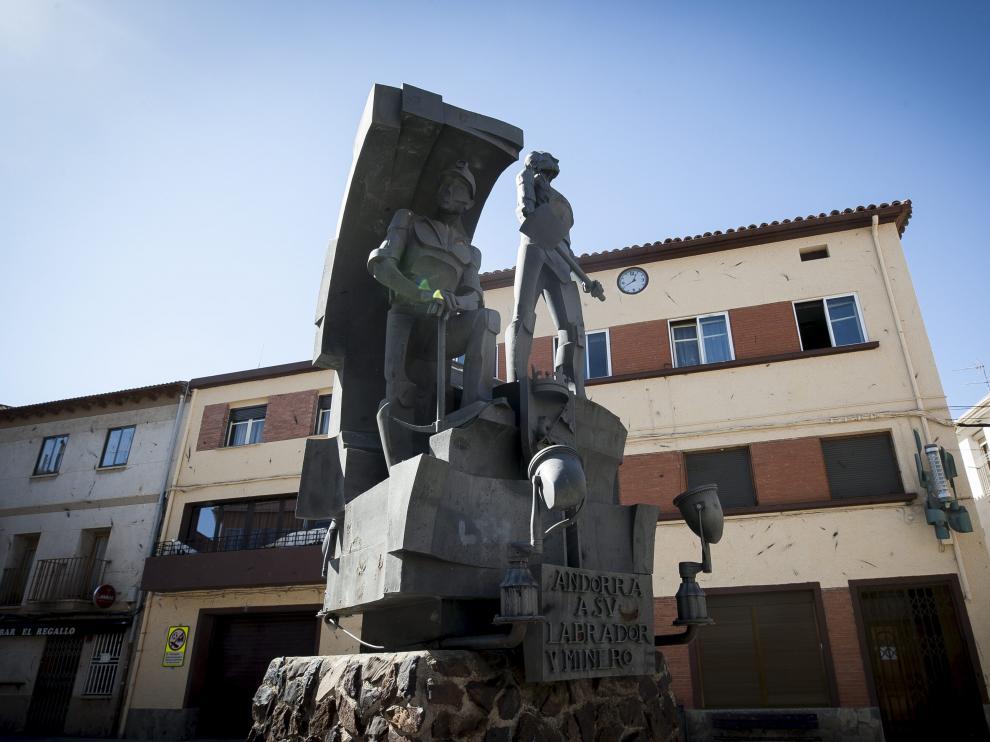 Monumento al labrador y al minero de Andorra, la localidad de más de 5.000 habitantes con más renta media de Aragón.