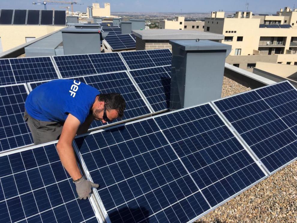 Placas solares sobre una comunidad de vecinos en Zaragoza.