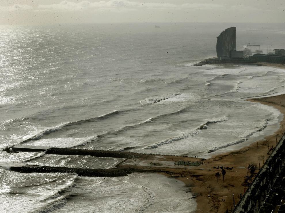 Playa de la Barceloneta, afectada por el temporal
