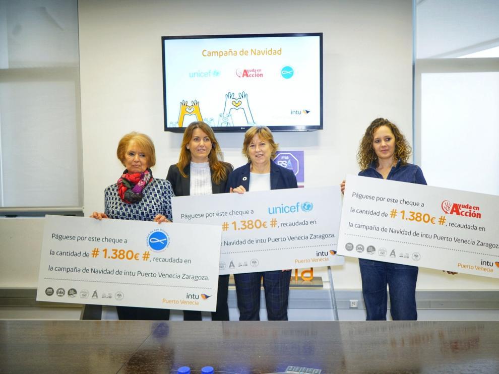 Representantes de las entidades ganadoras junto a la gerente Yolanda Gimeno, segunda por la izquierda.