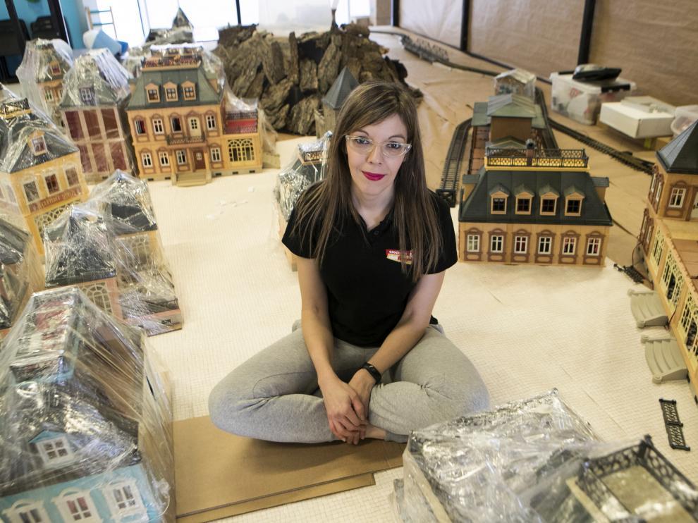 Cristina Aragón rodeada de sus casas victorianas de Playmobil durante el montaje de la Exposición en Etopia.