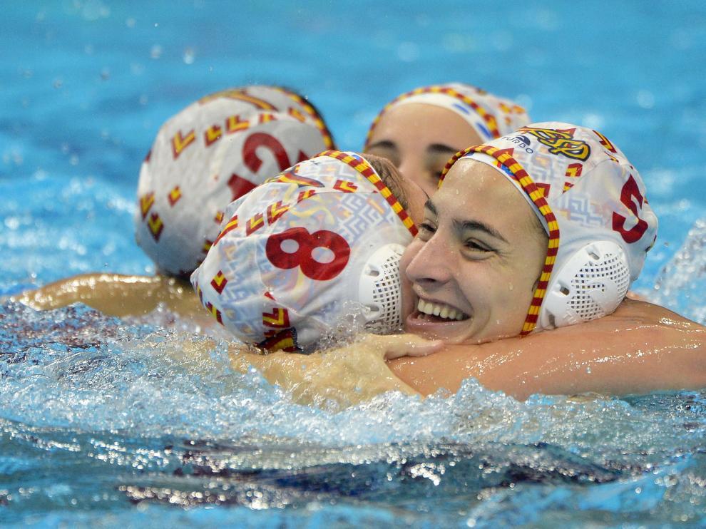 Las jugadoras de la selección celebran el triunfo ante Rusia en la final del Europeo de waterpolo