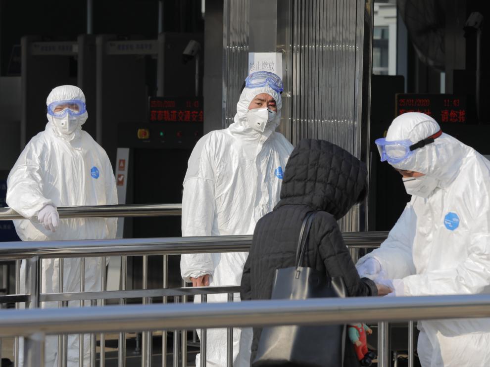 Medidas de seguridad tomadas ante la epidemia del coronavirus en una estación subterránea de Beijing, en China.