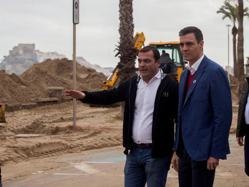 Pedro Sánchez con un alcalde levantino evalúa los destrozos provocados por Gloria.