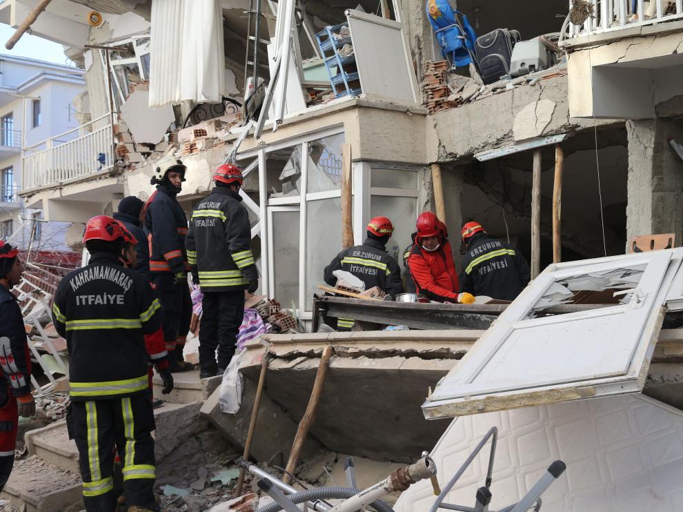 Varios trabajadores durante las labores de búsqueda de surpervivientes del terremoto.