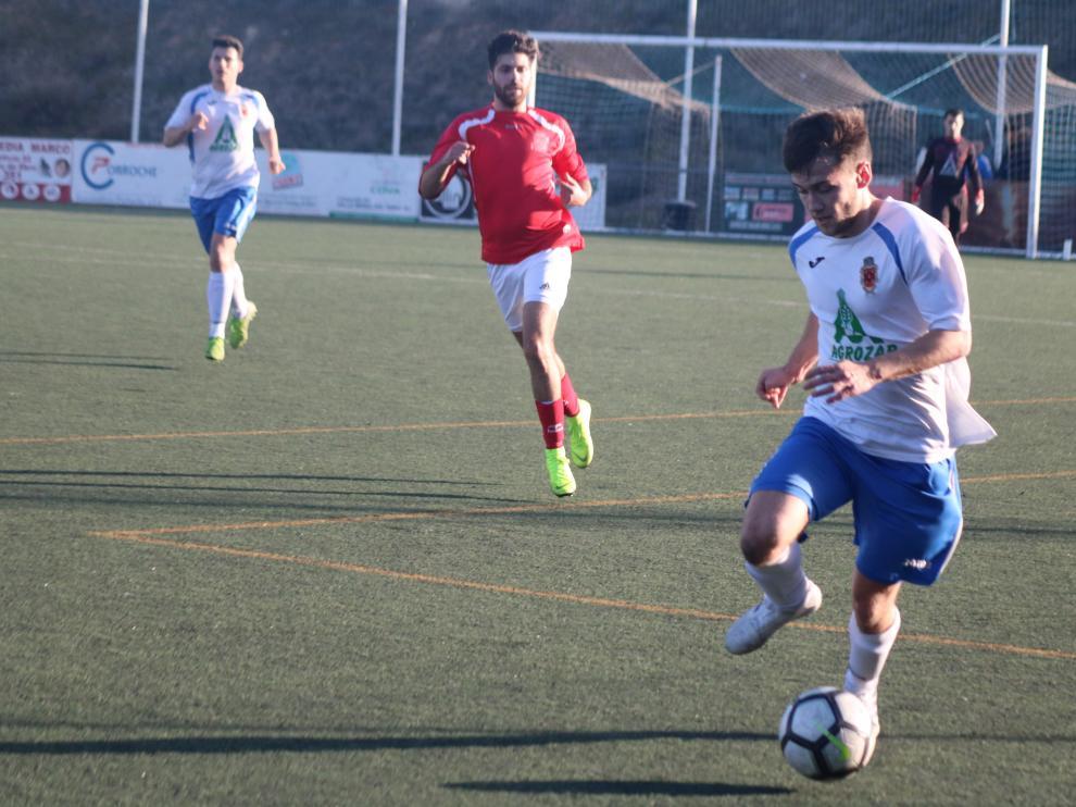 Un jugador del Fuentes conduce un balón.