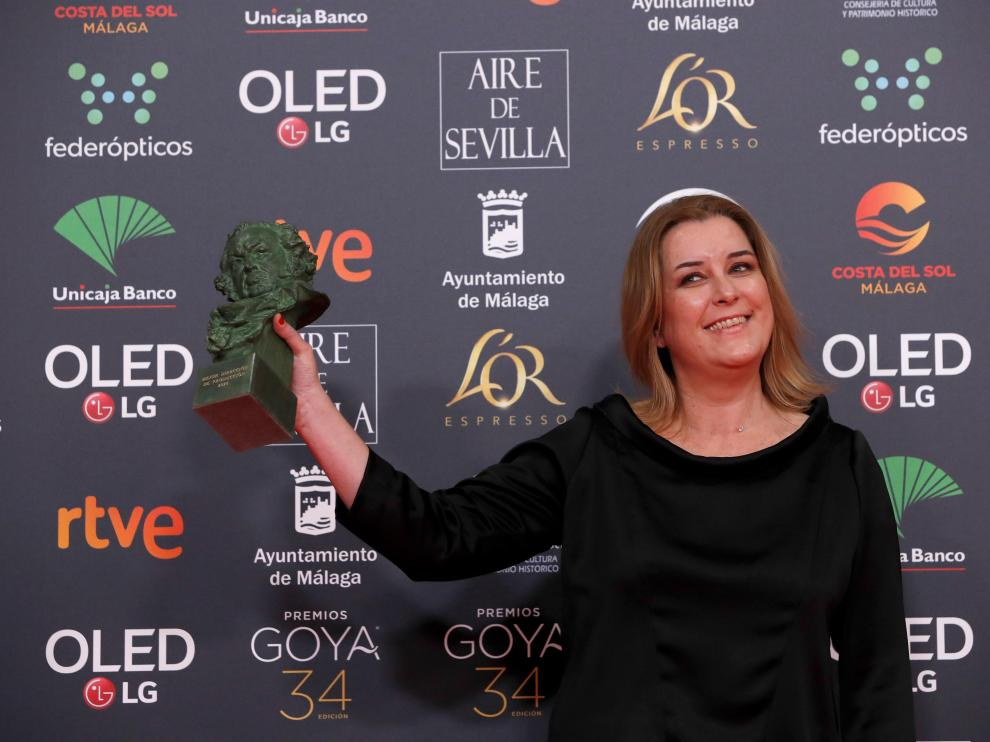 Carla Pérez de Albéniz posa con su Goya al final de la gala.