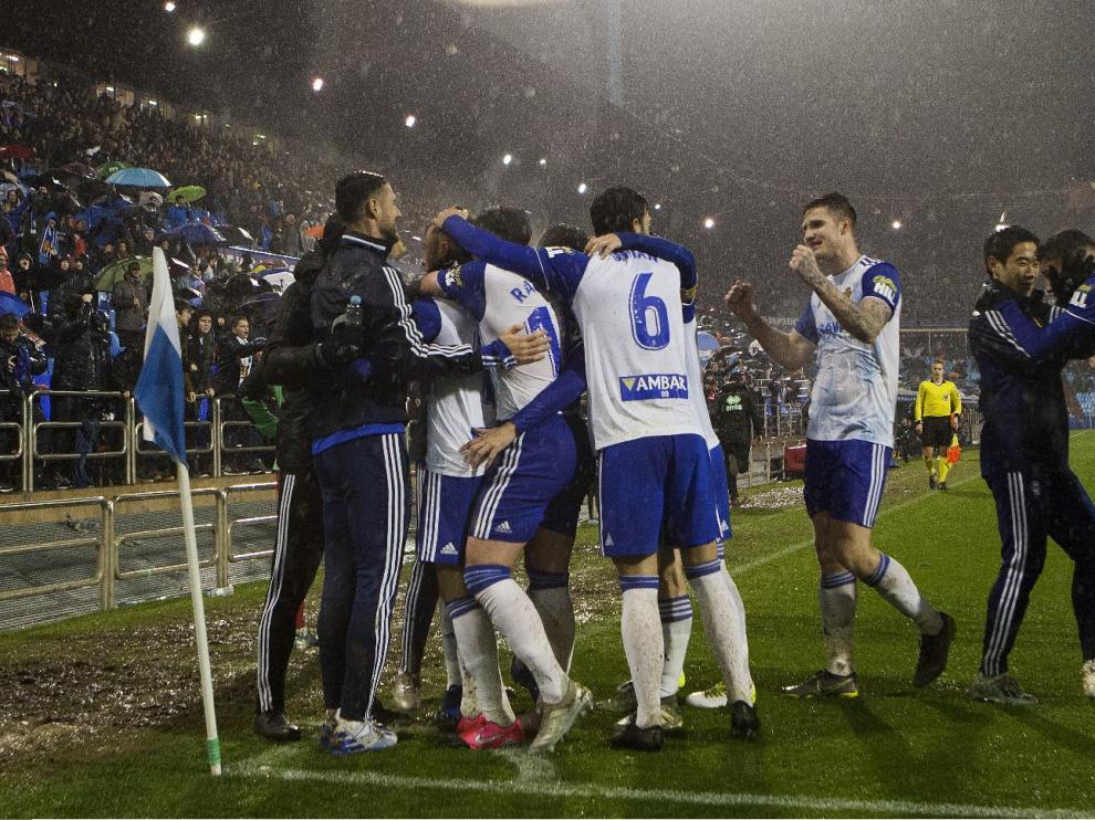 Los jugadores del Real Zaragoza celebran el gol ganador de Puado al Numancia, bajo el diluvio de este sábado último en La Romareda.