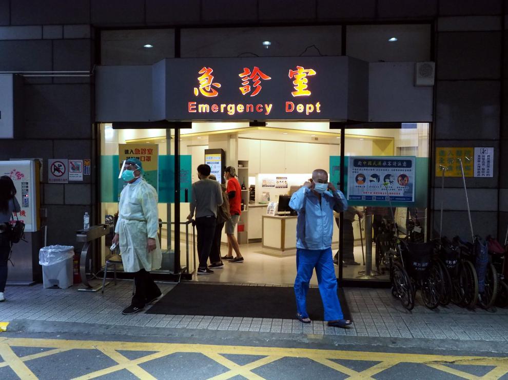 Imagen de un centro de salud en Taiwán, donde el personal sanitario está utilizando los trajes especiales de bioseguridad frente al coronavirus.
