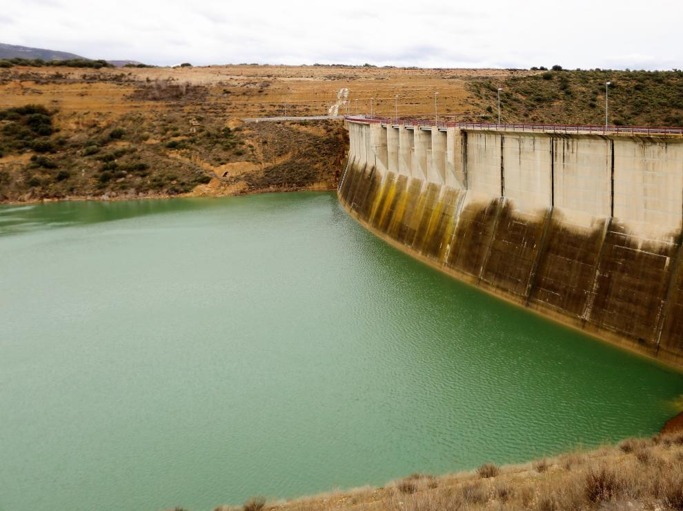 La presa, que se entregó definitivamente en mayo de 2009, tiene una altura de 75 metros