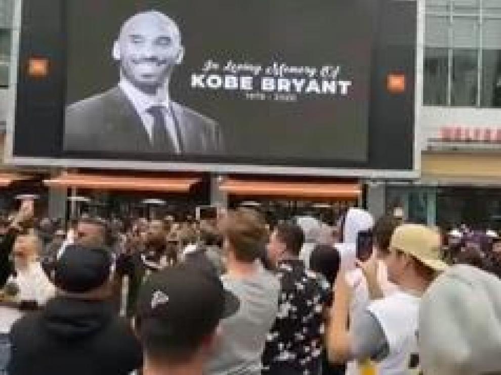 El fallecimiento de Kobe Bryant no sólo ha golpeado al mundo del deporte. Ha provocado gran conmoción en todos los ámbitos, desde la más alta política, pasando por la música o el periodismo. Las muestras de dolor se han sucedido.En su estadio, y en el de sus rivales.