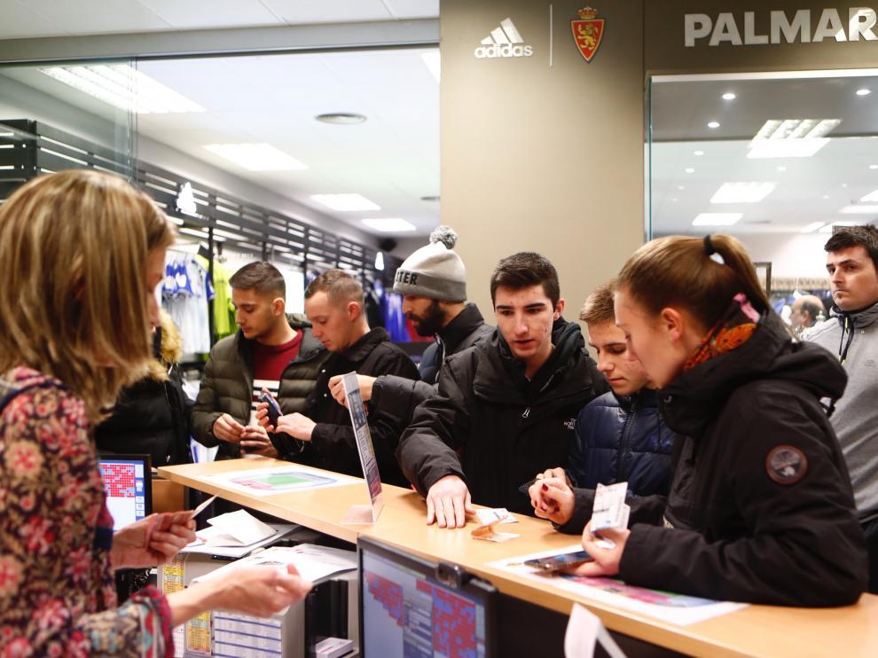 Abonados del Real Zaragoza en las oficinas del club este lunes