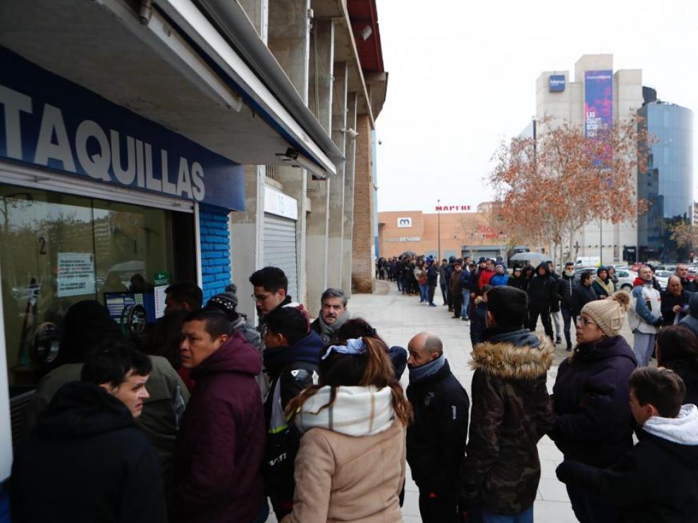 Colas de aficionados del Real Zaragoza en las taquillas de La Romareda.