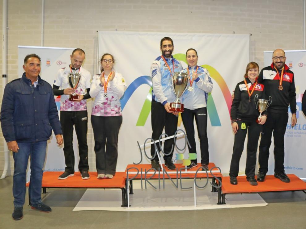 En la imagen, de izquierda a derecha, el Iparpolo (segundo), el Txuri Berri (campeón) y el CH Jaca (tercero)