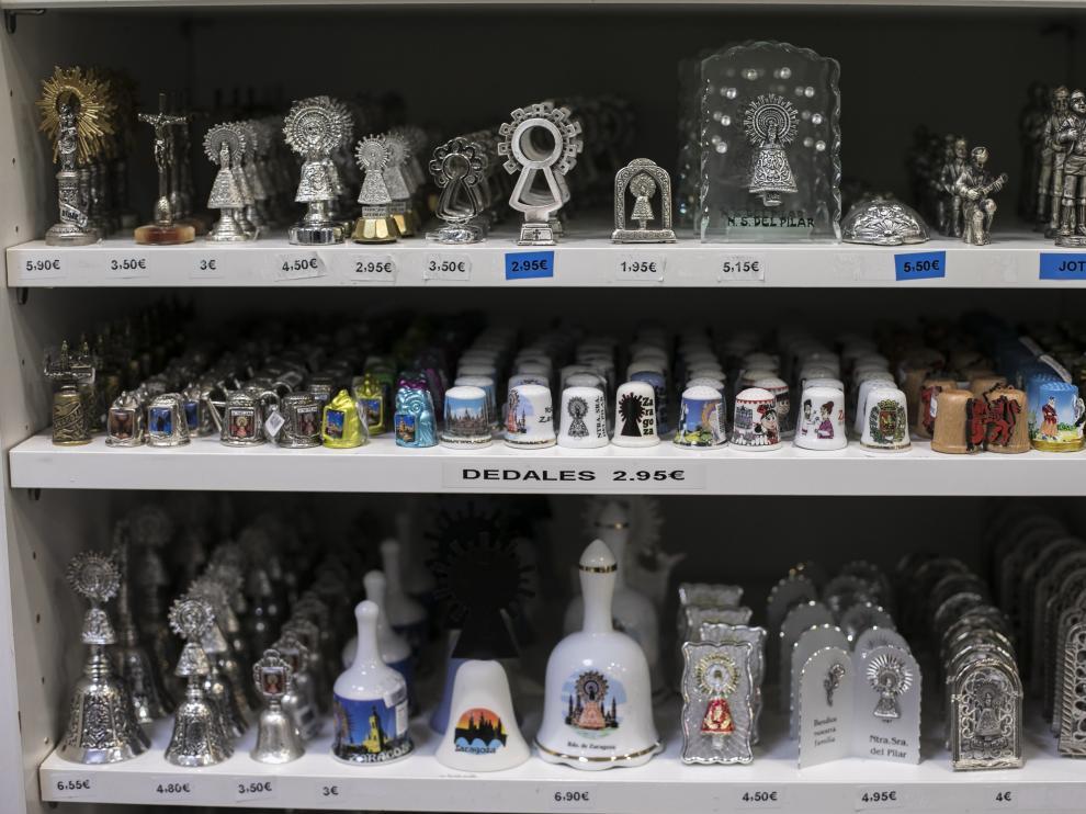 Las tiendas de recuerdos del entorno de la plaza del Pilar han sufrido una pérdida de ventas en los últimos años.