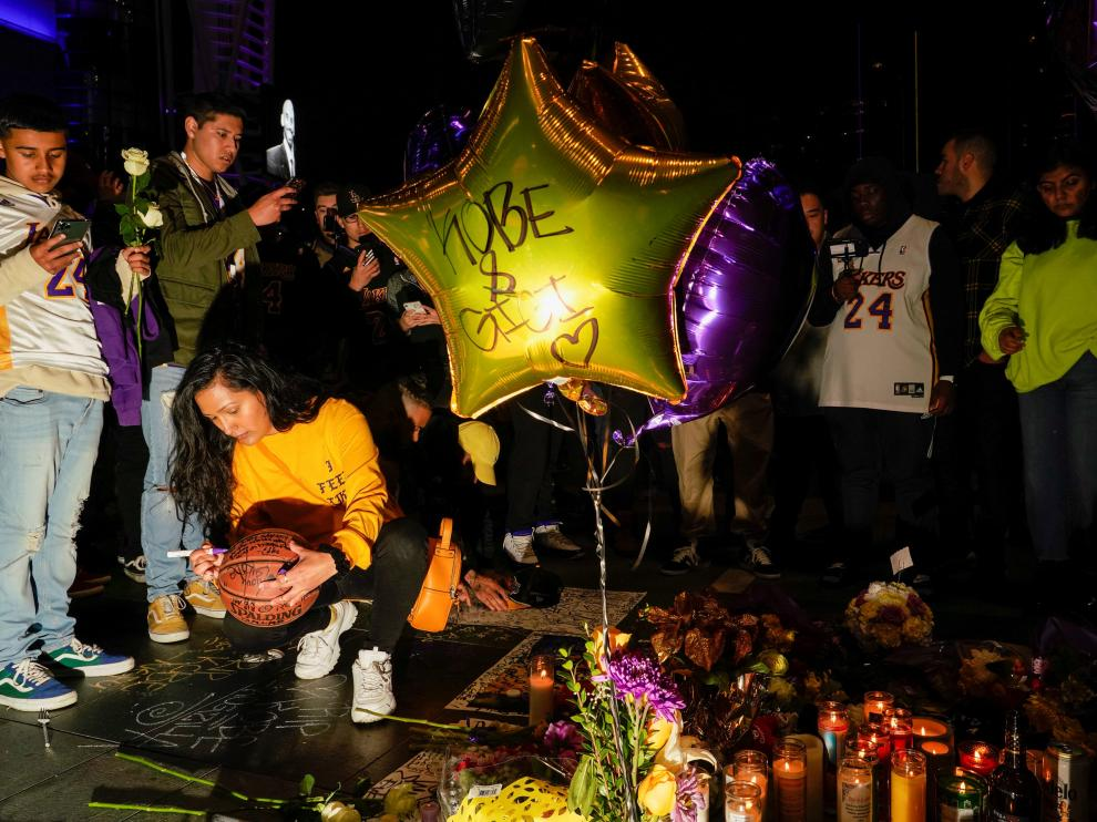 Mourners gather in Microsoft Square near the Staples Center to pay respects to Kobe Bryant after a helicopter crash killed the retired basketball star, in Los Angeles, California, U.S., January 26, 2020. REUTERS/Kyle Grillot [[[REUTERS VOCENTO]]] PEOPLE-KOBE BRYANT