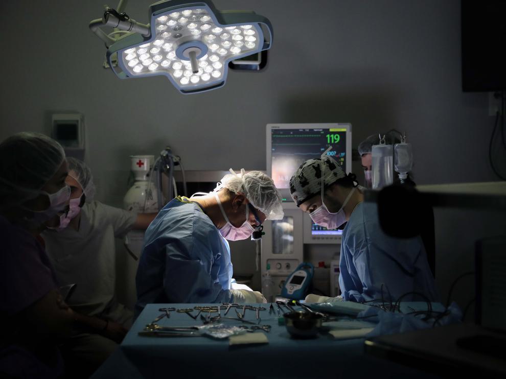 Médicos en un quirófano.