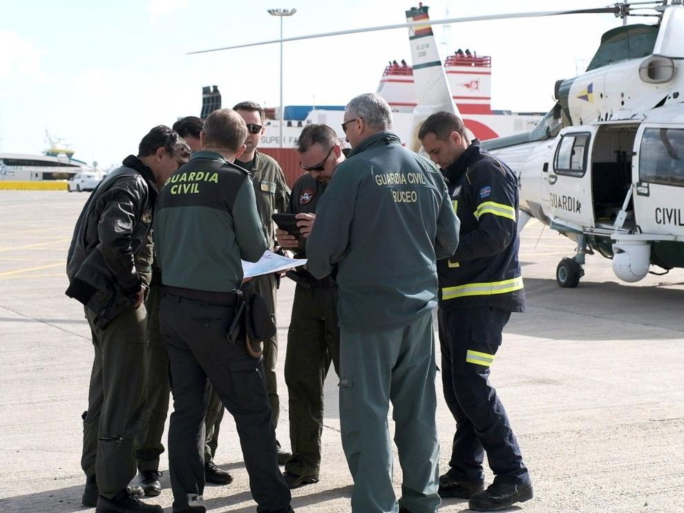Personal de la Guardia Civil en el aeropuerto de Ibiza que se incorporó este domingo a las tareas de búsqueda
