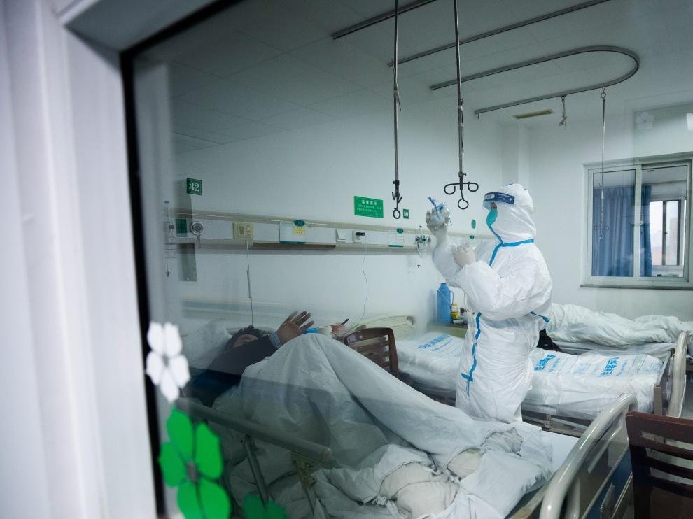Personal sanitario atiende a pacientes infectados por el coronavirus en un hospital especializado en Wuhan.