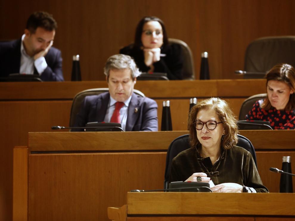 La consejera de Sanidad, Pilar Ventura, en el pleno de las Cortes, este lunes.