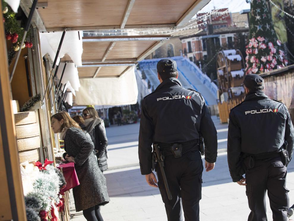 Policía Nacional en el mercadillo de Navidad de Zaragoza