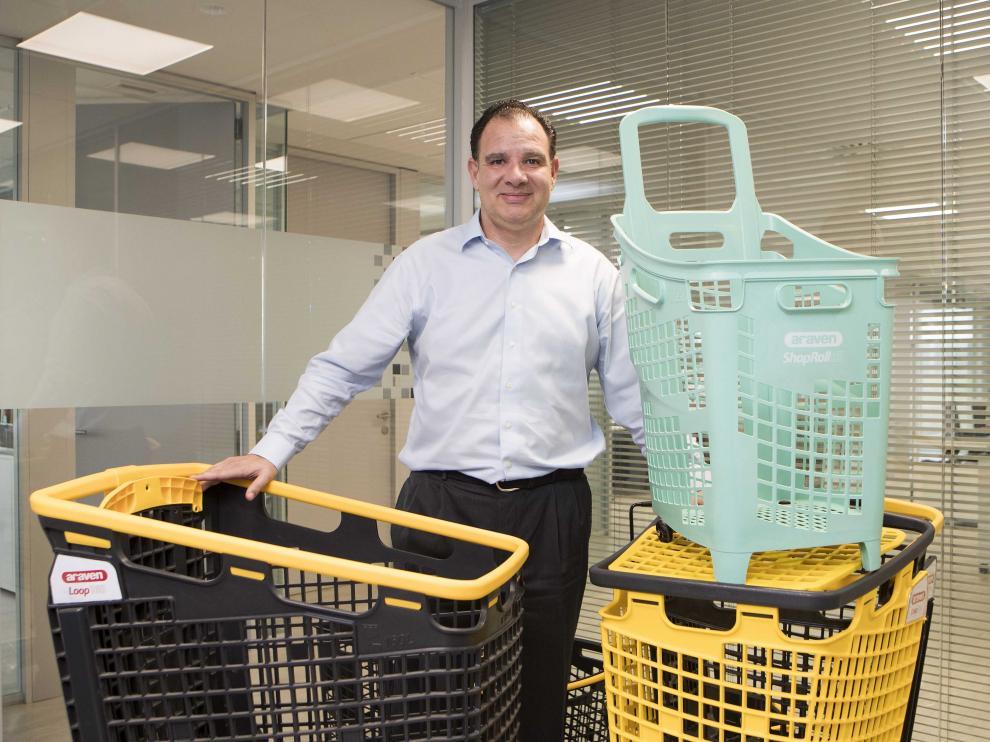 El consejero delegado de Araven muestra algunos de los productos que van a presentar en la feria Euroshop de Dusseldorf a mitad de febrero y que están disponibles con un 25% de material reciclable hecho de redes marinas.