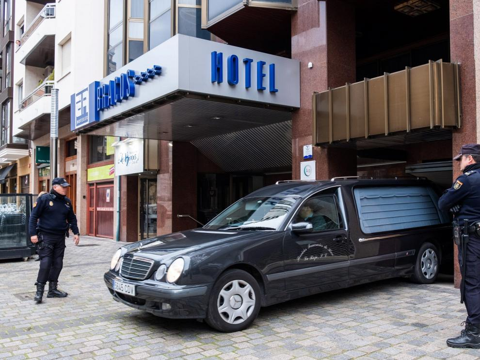 Un coche fúnebre sale del hotel de Logroño donde ha aparecido el cuerpo de la niña.