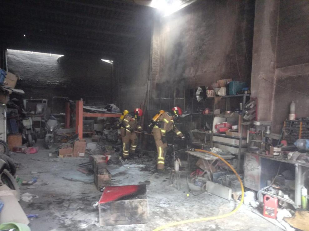 El fuego a destruido los equipos que había en el interior del taller.