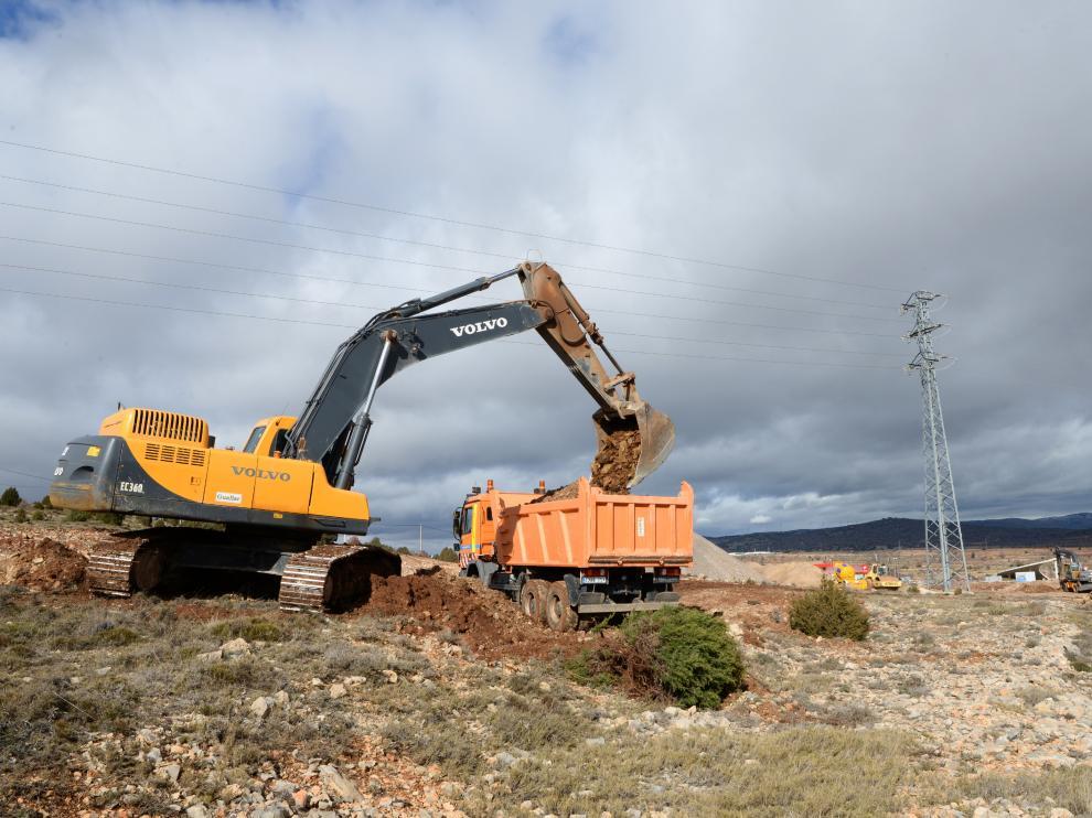Trabajos para ampliar el área de servicio de la A-23 en La Puebla de Valverde.