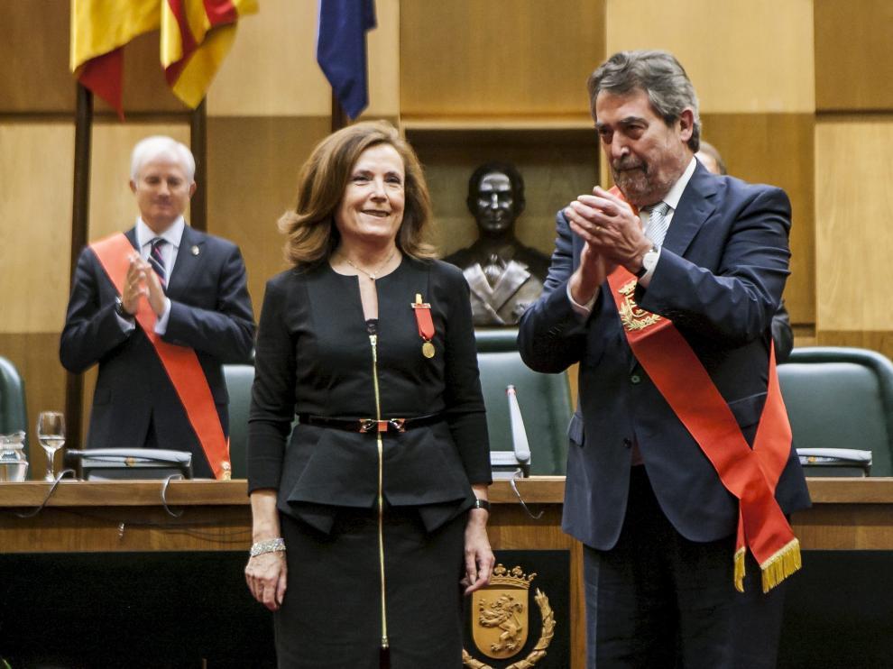 Belloch entrega de la Medalla de Oro en 2013 a Aurora Egido; hoy será él el galardonado.