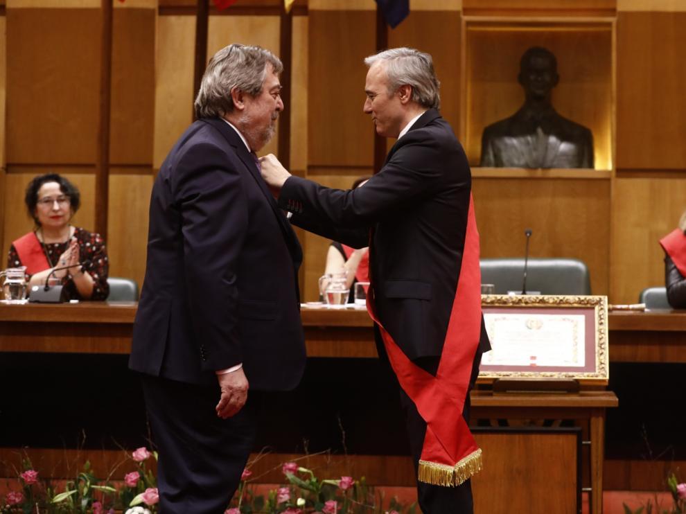 El exalcalde de Zaragoza Juan Alberto Belloch recibe la Medalla de Oro de la Ciudad