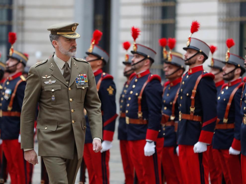 El Rey pasa revista durante su visita este martes al Cuartel General del Ejército de Tierra