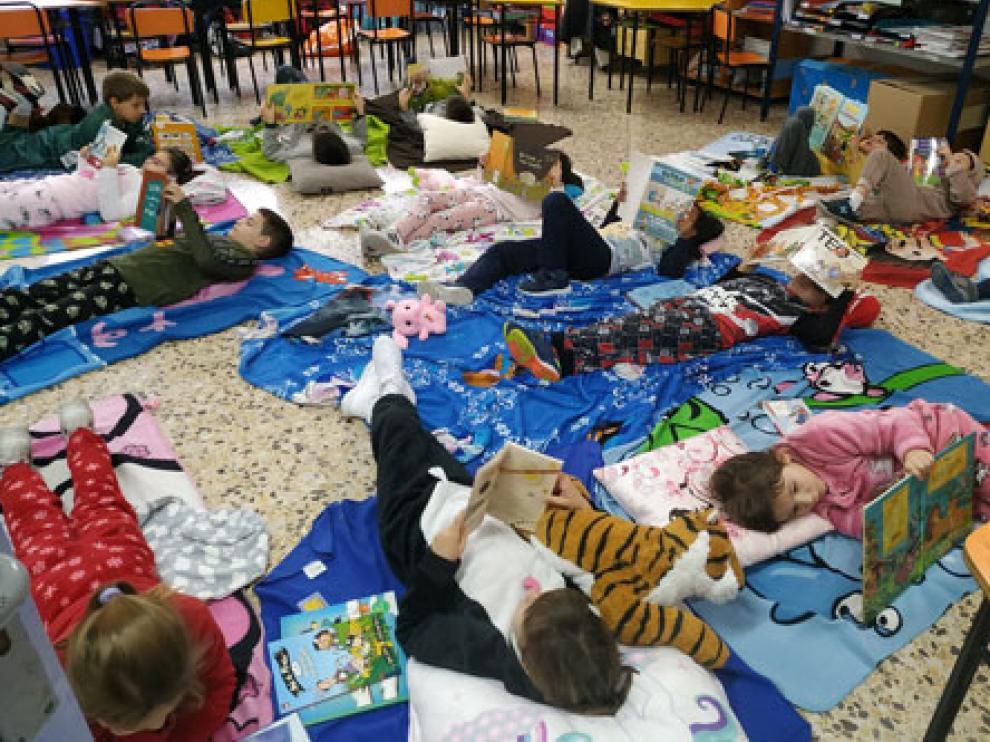 Los niños del colegio de Pina participaron en una actividad de animación a la lectura