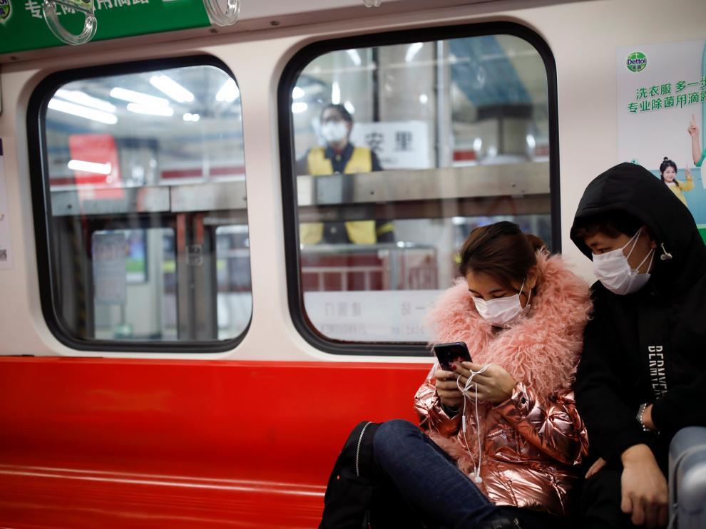 Máscaras en el metro de Pekín por el miedo al coronavirus