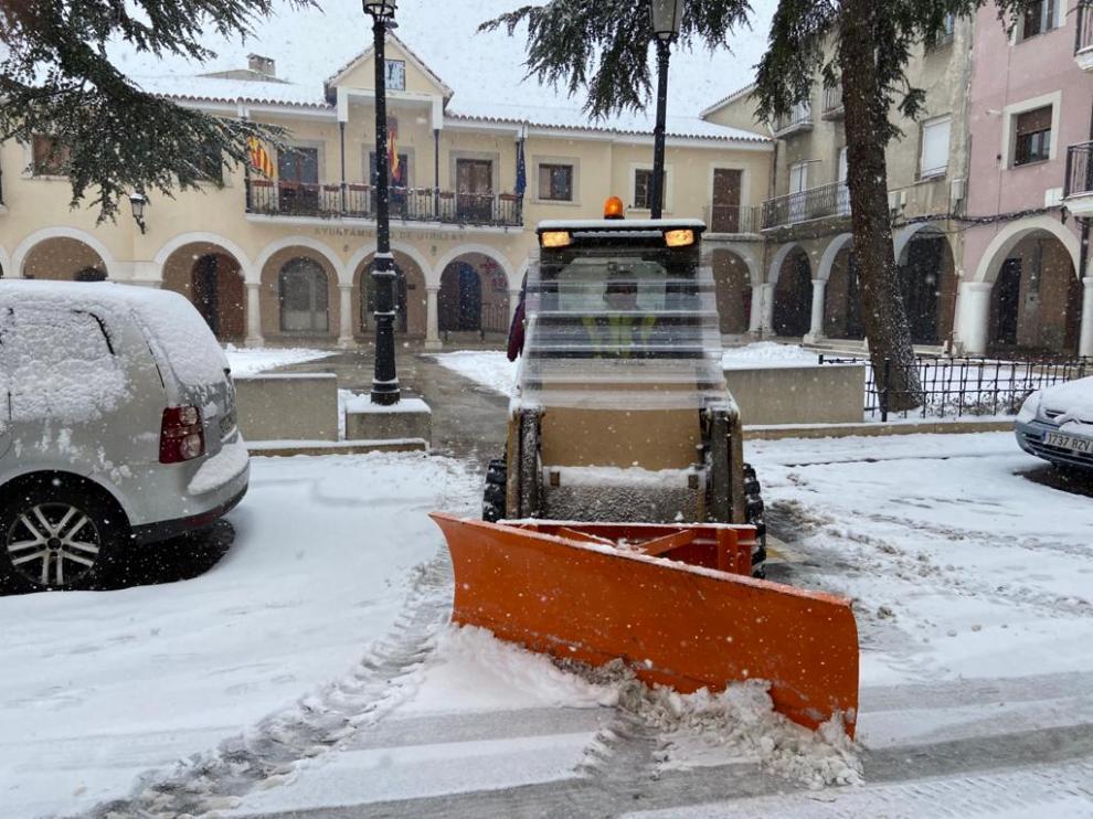 Labores de retirada de la nieve en la plaza de Utrillas.
